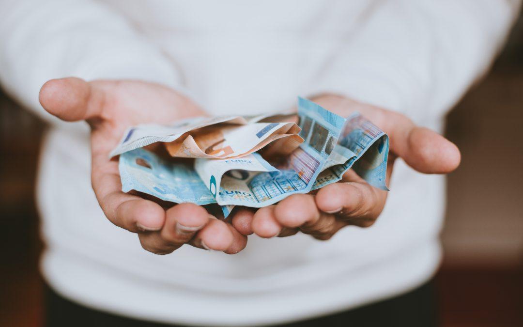 Geld_Hände_Abrechnung_Antrag_Förderung